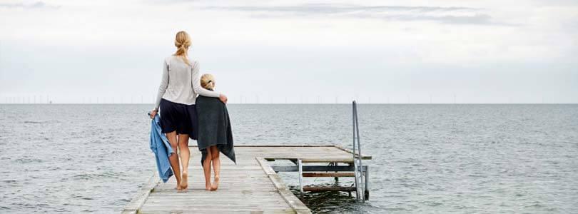 Frau und Kind am Stand - Ferienhaus Hasmark