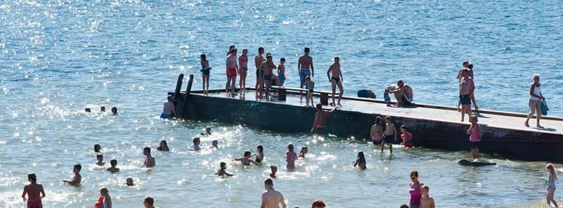 Junge Leute baden bei Assens - Ferienhaus Dänemark